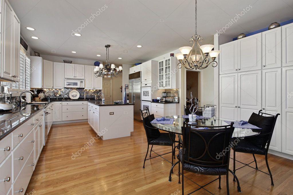 Moderne Küche mit Insel — Stockfoto © lmphot #8655985