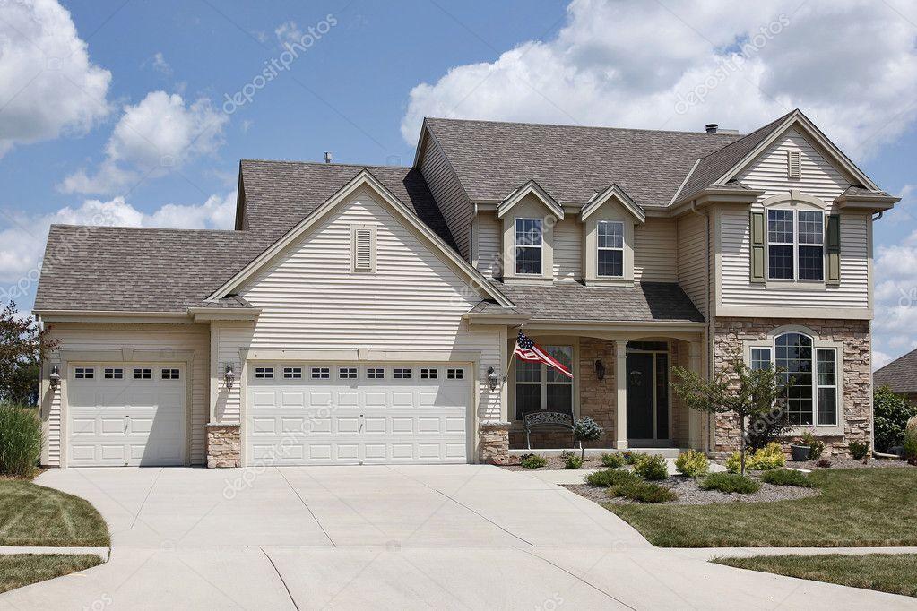 Casa con garage per tre auto foto stock lmphot 8656838 - Ingresso garage ...