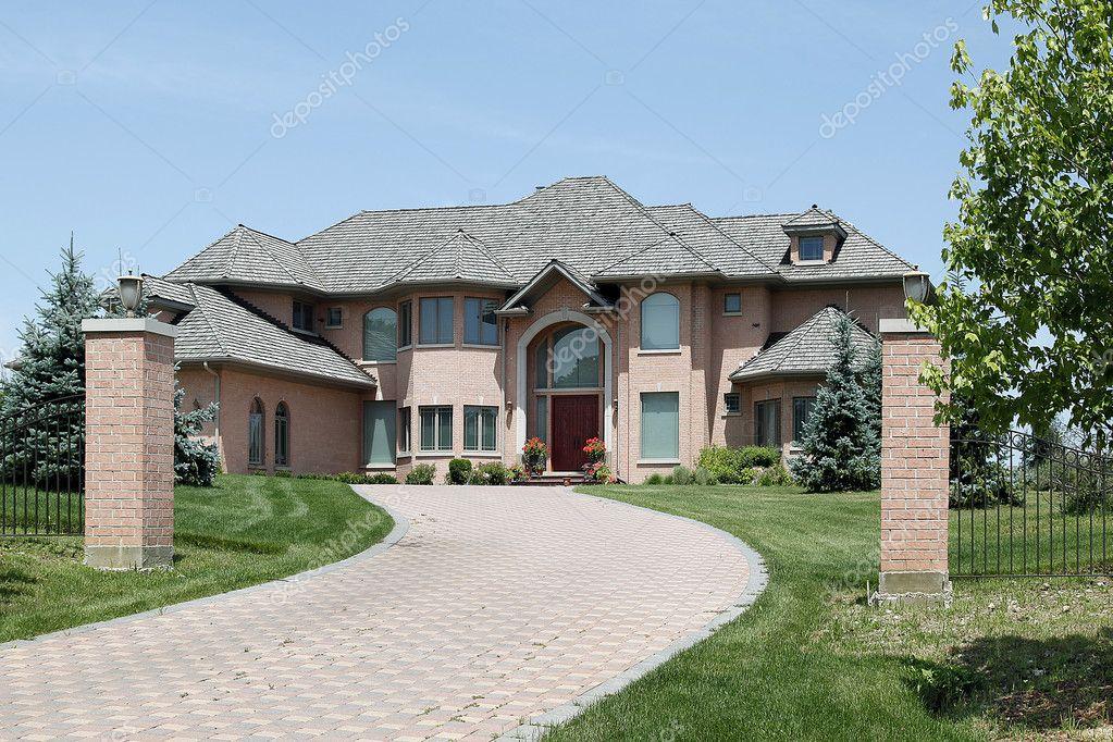Casa con pilastri di mattoni di lusso foto stock for Piani di casa di lusso con foto