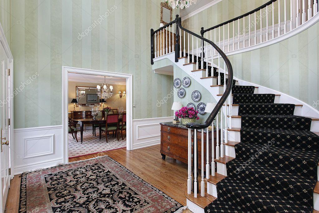 hall daccueil avec escalier recouvert de moquette. Black Bedroom Furniture Sets. Home Design Ideas