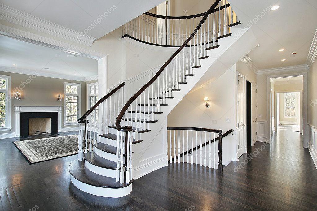 Hall d 39 accueil avec escalier courbe photo 8657560 for Hall entree avec escalier