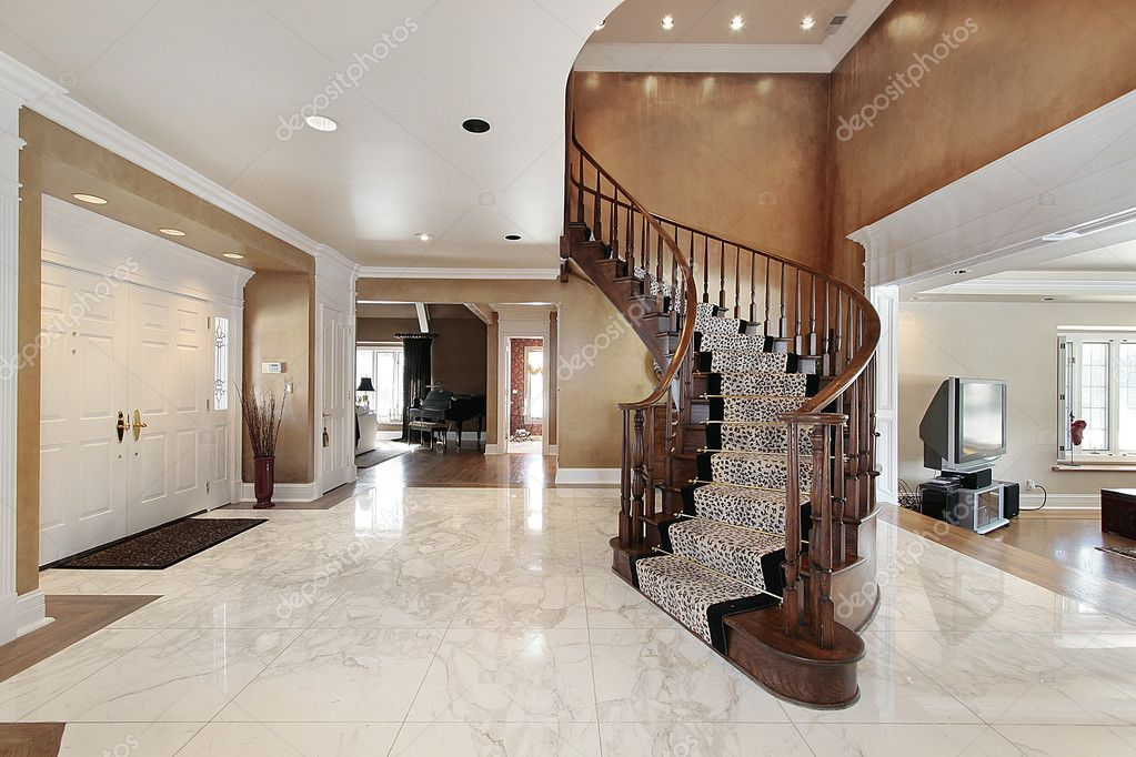Foyer en casa con escalera curva de lujo foto stock - Escaleras de casas de lujo ...