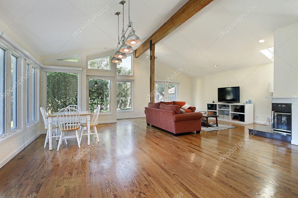 familienzimmer mit holzbalken decke stockfoto 8658215. Black Bedroom Furniture Sets. Home Design Ideas