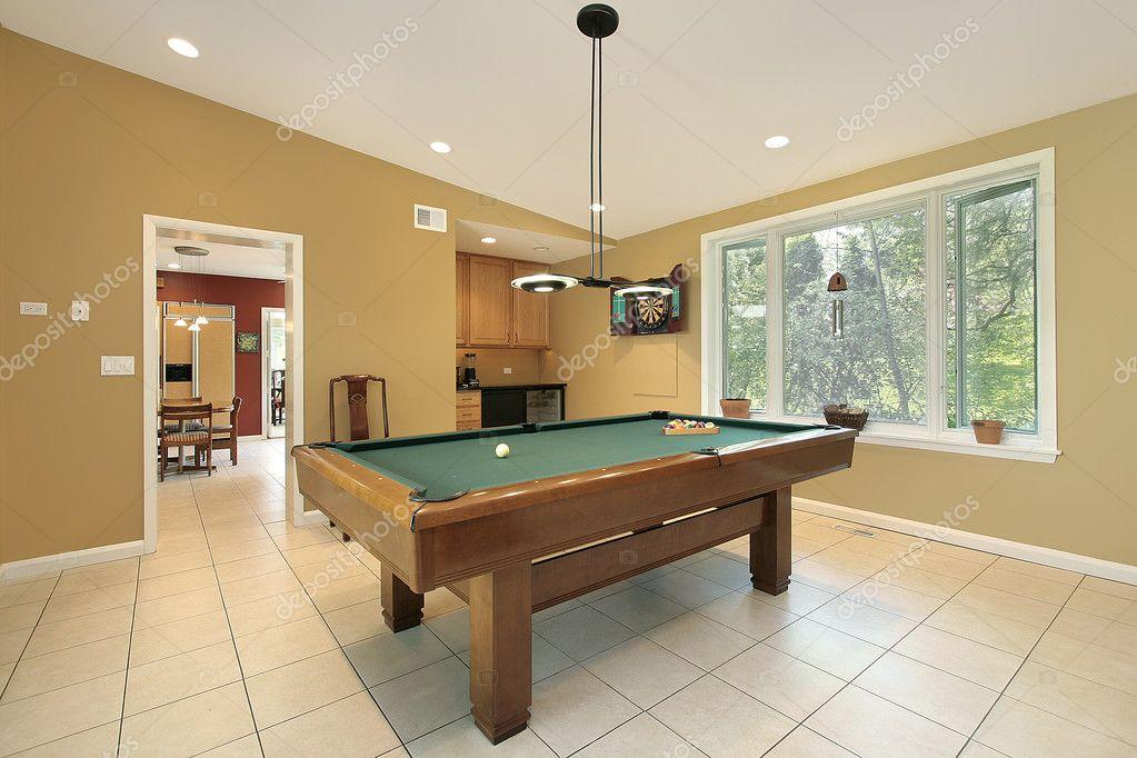 Sala de billar en casa suburbana fotos de stock lmphot - Billar para casa ...