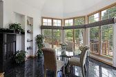 Frühstücksraum mit wand von windows — Stockfoto