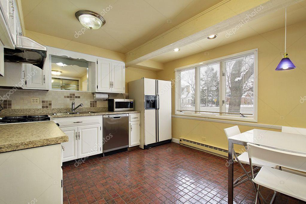 Cozinha com piso de azulejo vermelho u2014 Fotografias de Stock ...
