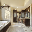 Master bath with dark cabinetry — 图库照片