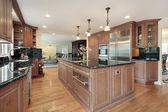 Кухня с черные мраморные столешницы — Стоковое фото