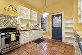 Cozinha com piso de terra-cotta — Fotografia Stock