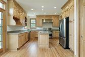 オークの木のキャビネットのキッチン — ストック写真
