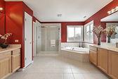 Kırmızı duvarlarla ebeveyn banyosu — Stok fotoğraf