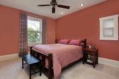 Master-Schlafzimmer mit Pfirsich farbigen Wänden — Stockfoto