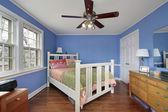 青い壁付きのベッドルーム — ストック写真