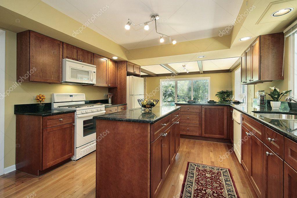 Keuken met zwart granieten tellers — stockfoto © lmphot #8670040