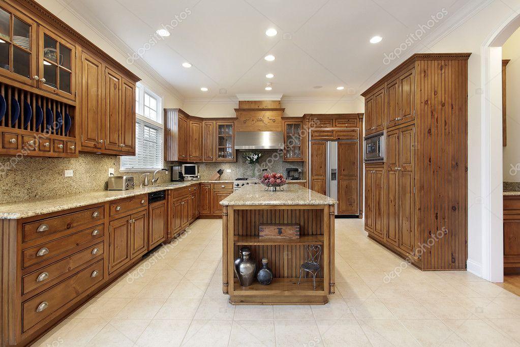 Cocina con isla grande del granito — fotos de stock © lmphot #8670731