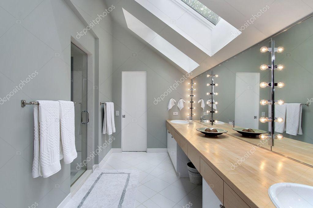 Salle de bain principale avec puits de lumi re photo - Lumiere salle de bain ...