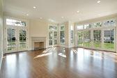 Wohnzimmer mit wand von windows — Stockfoto