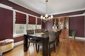 Sala de jantar com paredes marrom — Foto Stock