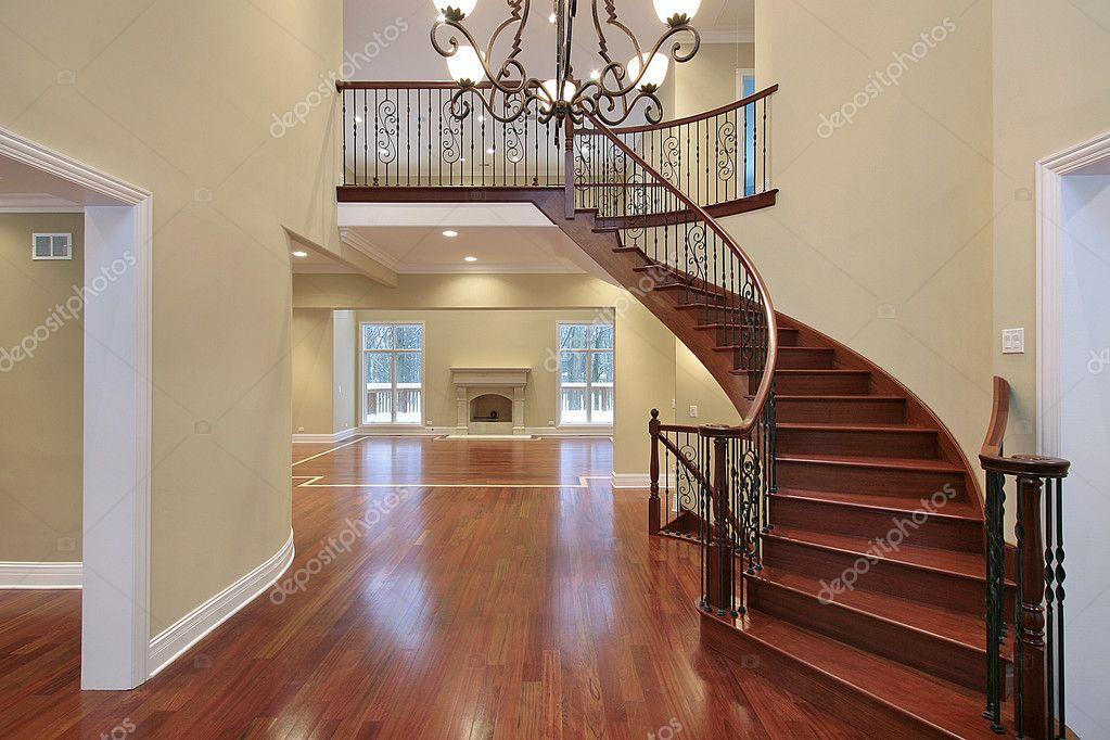 Balcon En Bois Avec Escalier : Hall daccueil avec balcon et escalier courbe ? Photographie lmphot
