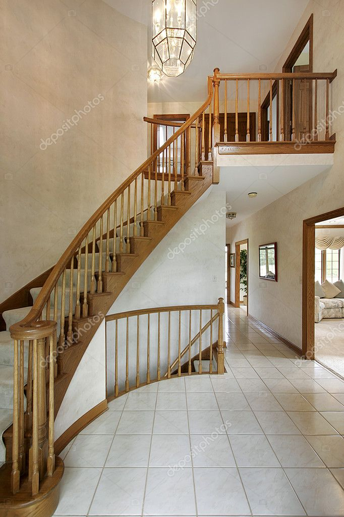 Foyer in luxury home with curved staircase — Stock Photo #8682182