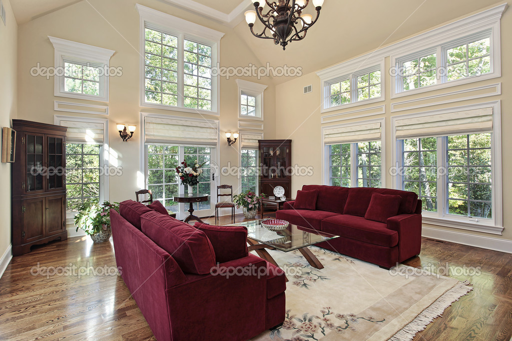 living comedor con ventanas de dos pisos foto de stock