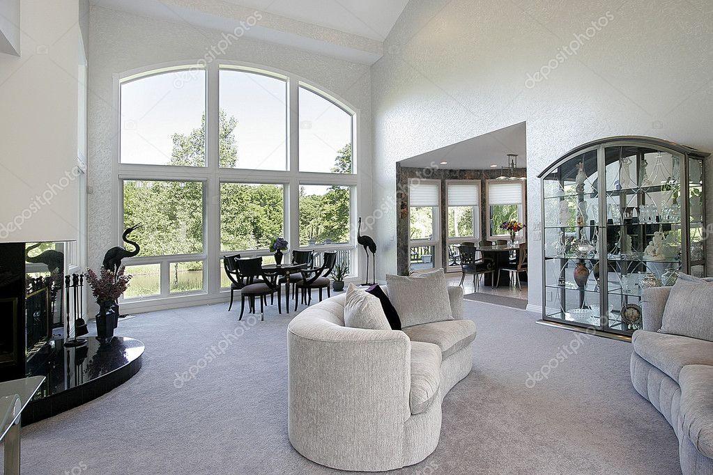 salle de sjour dans le luxe la maison avec grande baie vitre image de lmphot