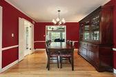 Eetkamer met rode muren — Stockfoto