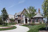 Gran casa con entrada de piedra de ladrillo — Foto de Stock