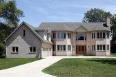 Casa con garage per tre auto di grandi mattoni — Foto Stock