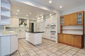 кухня с белый краснодеревщика — Стоковое фото