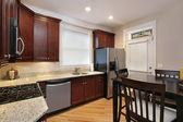 Keuken met kersen hout kasten — Stockfoto