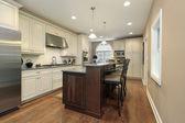 Kuchyně s mramorovou ostrov — Stock fotografie