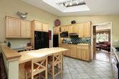 实木橱柜的厨房 — 图库照片