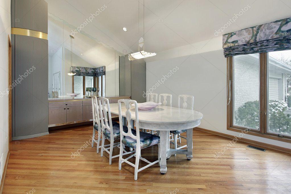 Sal n comedor con techo alto foto de stock lmphot 8690501 for Comedor alto