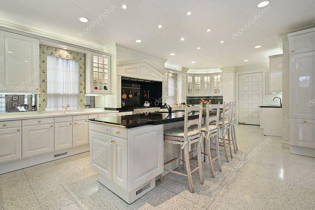 isola Marmo decorazione cucina : Cucina con isola di marmo top nero ? Foto Stock ? lmphot #8694873