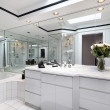 Master bath with white cabinetry — Stockfoto