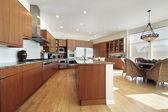 Cozinha com armários de madeira — Foto Stock