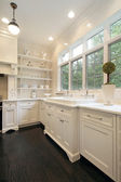 Contemporânea cozinha com armários brancos — Foto Stock