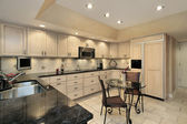 Cozinha com armários de carvalho luz — Foto Stock