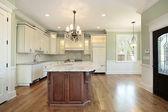 Kuchyň a ostrov v nové výstavbě domů — Stock fotografie