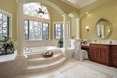 Sütun içeren ana banyo — Stok fotoğraf