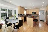 Küche mit Eiche Holz Schränke — Stockfoto