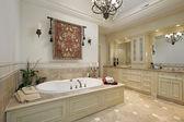 Salle de bain principale dans la maison de luxe — Photo