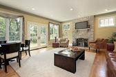 Habitación familiar con chimenea de piedra — Foto de Stock
