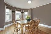 Sala de jantar com paredes lilás — Foto Stock