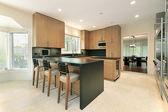 кухня с черным счетчики — Стоковое фото
