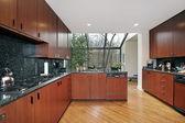 Keuken met glas omsloten eetplaats — Stockfoto