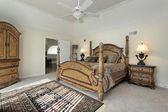 главная спальня с деревянной мебелью — Стоковое фото