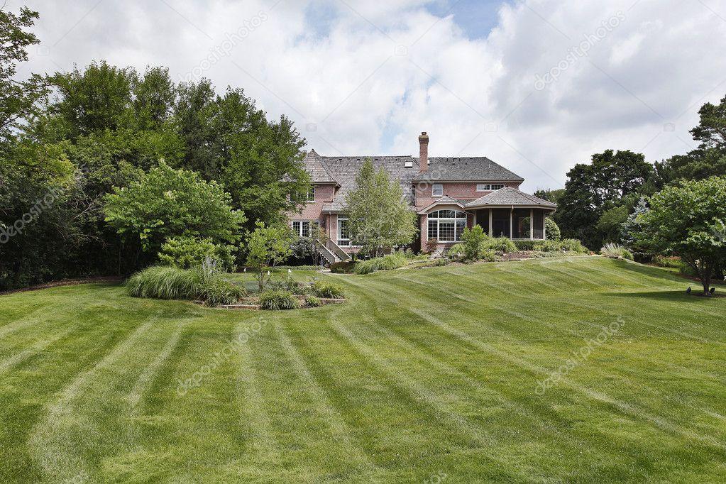 Bakstenen huis met grote achtertuin stockfoto lmphot for Amenager un grand jardin