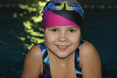 游泳池里的女孩. — 图库照片